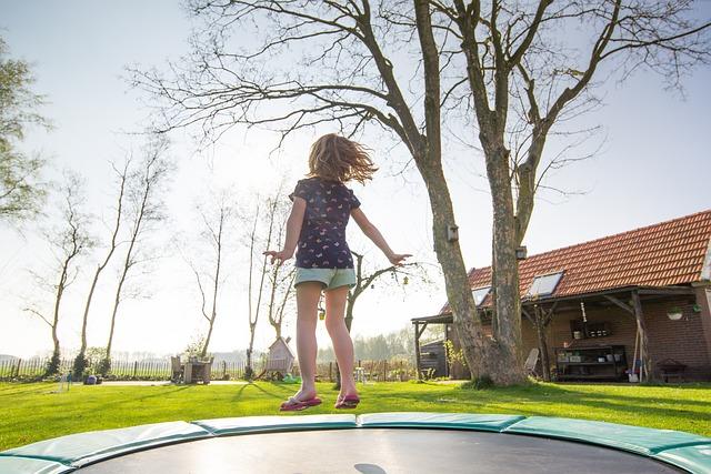 holka na trampolíně