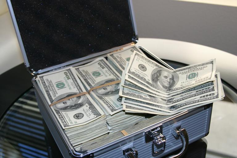 kufřík plný peněz