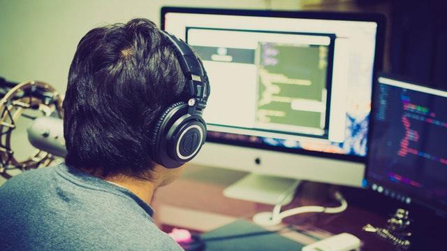 tvorba webových stránek – muž při práci