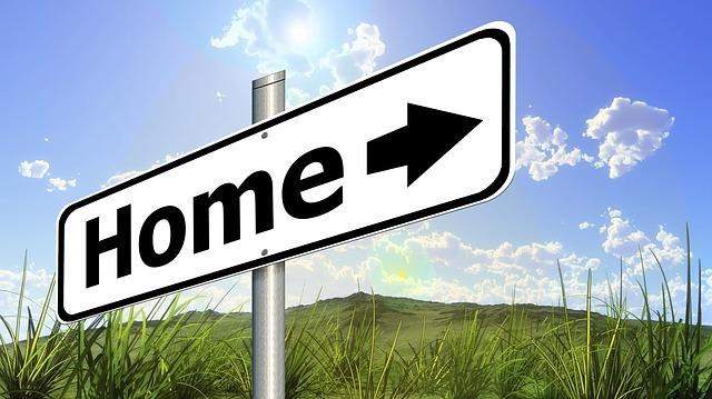 cedule se značkou domov mířící domů