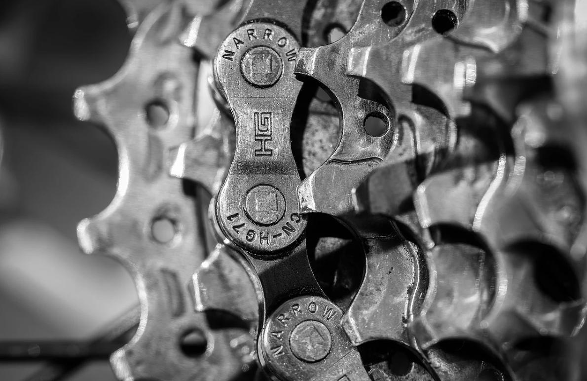 kovový mechanismus